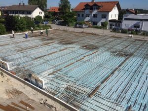 Die Stahlverstrebungen sind verlegt. Jetzt können die 24 Betonlaster anrücken. Vormittag